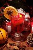 Glas overwogen wijn met sinaasappel stock afbeelding