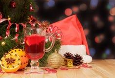 Glas overwogen wijn op het Kerstmisspeelgoed stock afbeelding
