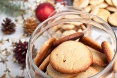 Glas Plätzchen mit pinecones und Weihnachtsspielwaren Lizenzfreies Stockbild