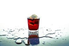 Glas pop soda met ijsblokje met nevelplons op de lijst en geïsoleerd royalty-vrije stock foto's