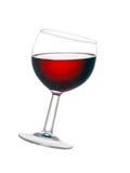 Glas rode overgehelde die wijn, op witte achtergrond wordt geïsoleerd Stock Afbeelding
