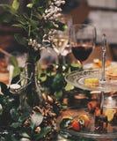 Glas rode wijn in bar stock fotografie