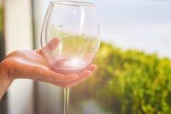 Glas rode wijn in de hand bij het proeven stock afbeeldingen