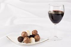 Glas rode wijn en chocolade Stock Afbeeldingen