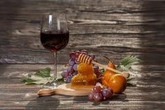 Glas rode wijn, honingraat, druiven Stock Foto's