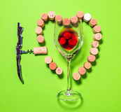Glas rode wijn, kurketrekker en cork kurken die een hart vormen Royalty-vrije Stock Afbeeldingen