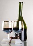 Glas rode wijn met glas Stock Fotografie