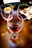 Glas rode wijn na wijn het testen partij Stock Foto's