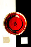 Glas rode wijn op bovenkant Royalty-vrije Stock Foto's