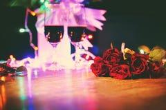 Glas rode wijn op concept van de het diner het romantische liefde van lijstvalentijnskaarten royalty-vrije stock foto