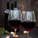 Glas rode wijn op oude houten lijst Stock Afbeeldingen