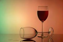 Glas rode wijn op wit glas met bezinning royalty-vrije stock fotografie