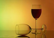 Glas rode wijn op wit met bezinning stock afbeeldingen