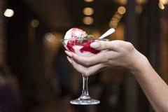 Glas roomijs met fruit in de handen van een gir royalty-vrije stock afbeeldingen