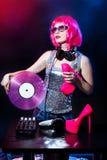 Glas rosa-rosso d'annata del disco di fascino del miscelatore dello scrittorio del partito della ragazza della discoteca di estat fotografia stock