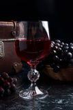Glas Rotwein auf dunklem Marmorhintergrund Gruppe des blauen gra Lizenzfreie Stockbilder