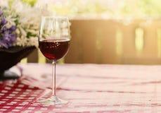 Glas Rotwein auf natürlichem Hintergrund Stockfotos