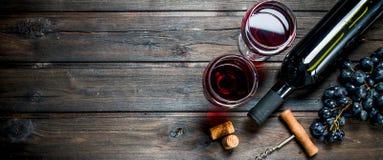 Glas Rotwein Rotwein in den Gläsern mit Trauben lizenzfreie stockfotografie