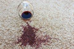 Glas Rotwein fiel auf Teppich, lizenzfreie stockfotos