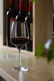 Glas Rotwein im Innenraum Stockbilder