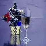 Glas Rotwein mit Weihnachtsbaum Lizenzfreie Stockfotografie