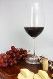 Glas Rotwein u. Käse Stockfotos