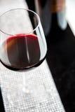 Glas Rotwein vor Weinflasche Lizenzfreie Stockbilder