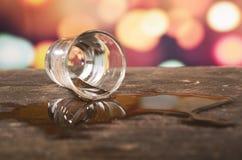 Glas Rumwhisky über defocused Lichtern Stockbilder