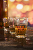 Glas Rumwhisky über defocused Lichtern Lizenzfreie Stockbilder