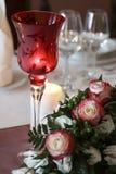 Glas, Süßigkeiten und Blumen stockbild
