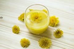 Glas Saft, verziert mit Blumen Stockbilder