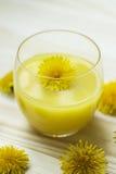 Glas Saft, verziert mit Blumen Lizenzfreie Stockbilder