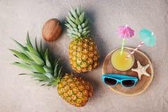 Glas sap en ananassen Royalty-vrije Stock Foto