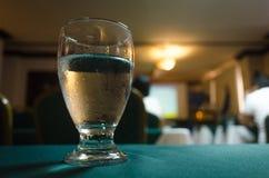 Glas Schmelzwasser diente an einem Ereignis in einem Hotel stockbild