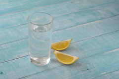 Glas schoon water met een citroenplak Stock Fotografie