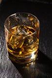 Glas Schotse whisky met ijs royalty-vrije stock fotografie