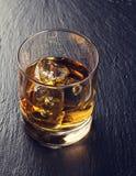 Glas Schotse whisky met ijs royalty-vrije stock foto's
