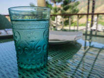 Glas sehr kaltes Wasser auf Unschärfehintergrund Stockfotografie