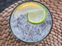 Glas Sodawasser mit Eis und Kalk Stockbilder