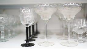 Glas stemware van verschillende grootte in markt royalty-vrije stock foto