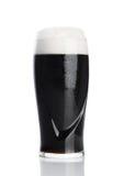 Glas stout donker bier met schuim en dauw Stock Afbeeldingen