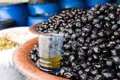 Glas tadelloser Tee am olivgrünen Lebensmittelgeschäft Lizenzfreie Stockbilder
