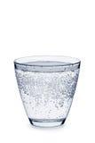 Glas Tafelwasser mit Blasen auf Weiß lizenzfreie stockfotografie
