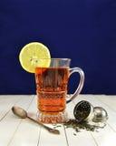 Glas Tee mit Zitronen- und Teesieb Lizenzfreie Stockbilder
