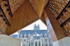 Glas-tegels op een modern dak en historische gebouwen in de afstand Stock Afbeelding