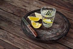Glas Tequila mit Zitronenscheiben Stockfotos