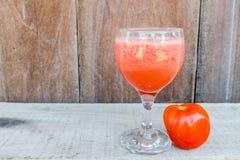 Glas Tomatensaft auf Holztisch stockfoto