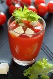 Glas tomatesap met feta en salade Stock Afbeeldingen