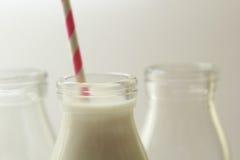 Glas, transparente Flaschen frische Milch Stockfotografie