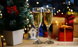 Glas twee van Champagne Beside Christmas Tree royalty-vrije stock foto